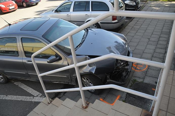 Opilý řidič &quote;zaparkoval&quote; do schodů