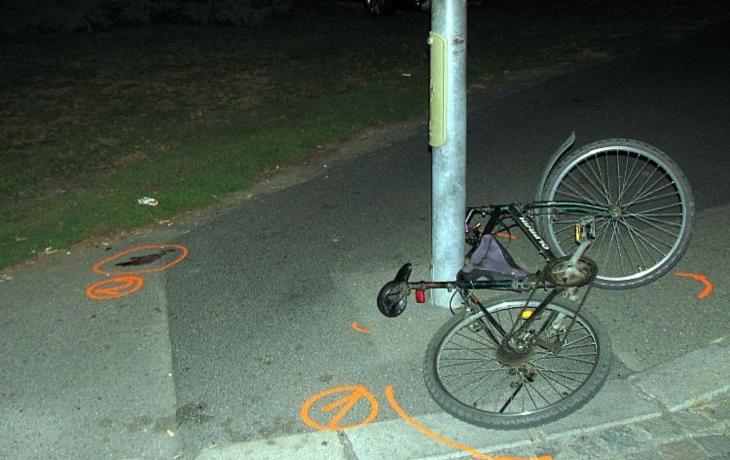 Opilý cyklista vrazil do popelnice. Pak si zavolal záchranku i policii