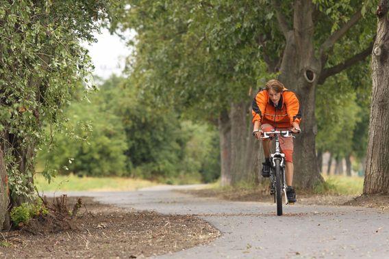 Fanoušky, cyklisty i turisty ochrání osvětlený chodník