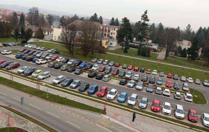 Snaha o noční parkování u špitálu narazila na problém se závorami
