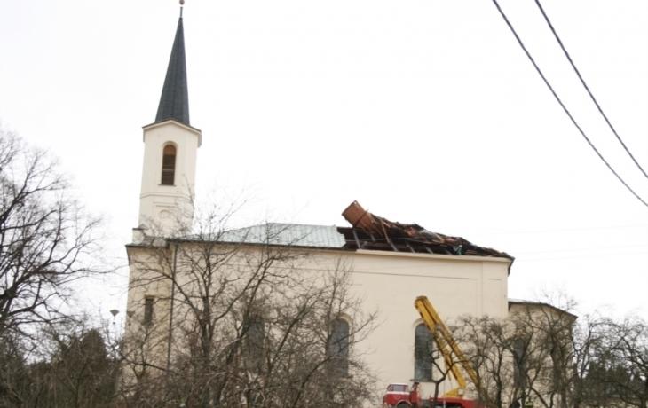 Vichřice strhla střechu kostela