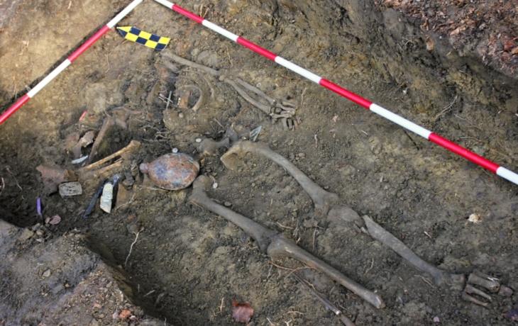 Jáma v lese ukrývala tělo vojáka wehrmachtu. Bez lebky