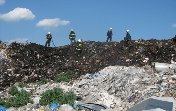 Skládka odpadu vplamenech