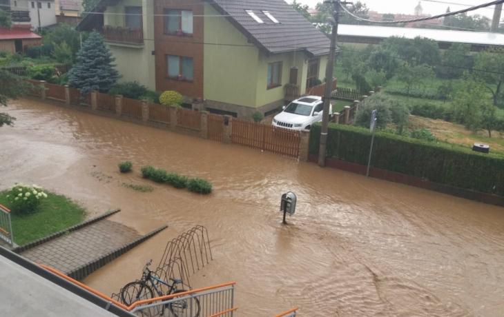 Průtrž mračen vyplavila část Kunovic, v Sadech se vytvořila laguna