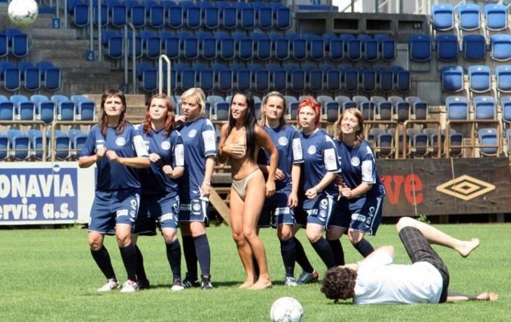 Žádné erotické jiskření, fotbalistky jsou ještě mladé