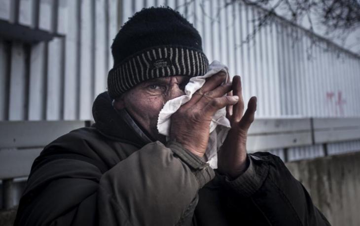 Bezdomovci sužují cestující, nádražím se line smrad