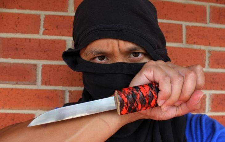 Muži vzali nože do rukou a hrozili krveprolitím