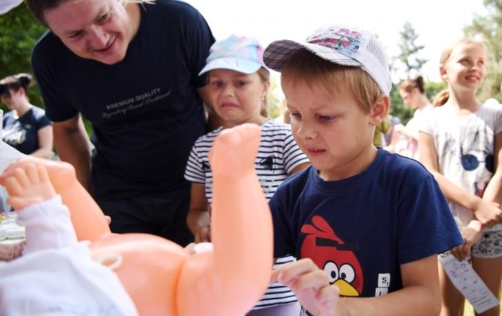 Děti přebalovaly miminka a dojily slámovou kozu