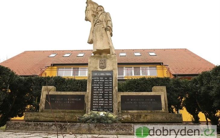 Válečný pomník zdobí mech i praskliny, obec jej opraví