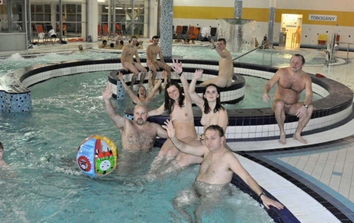 Naturisté ovládli bazén