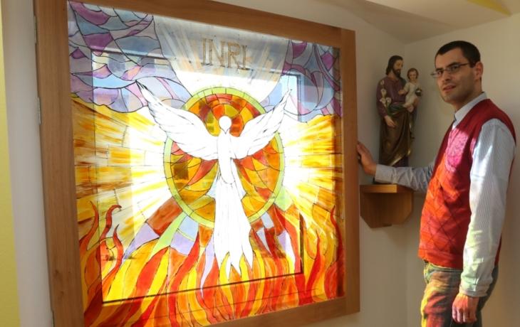 V nemocniční chodbě vznikla kaple. Z větracího okna je vitráž