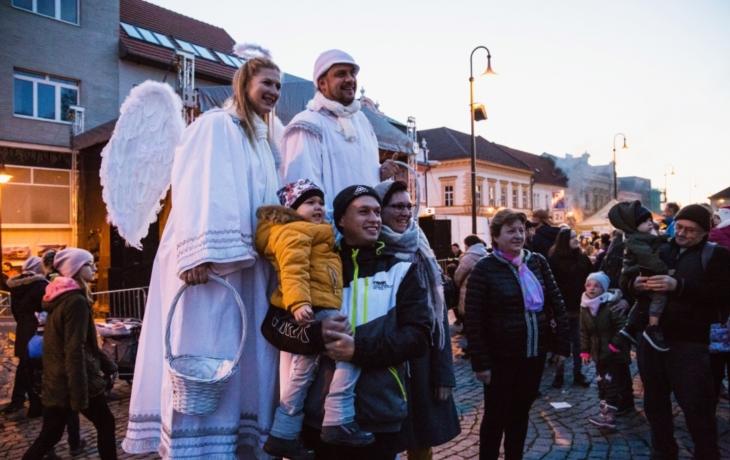 V Uherském Brodě svítí patnáctimetrový vánoční strom