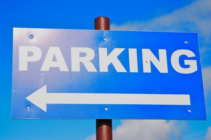 Parkoviště u gymnázia? Maximálně pro 7 aut