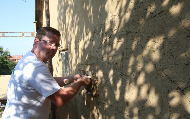Památkový domek získal omítku z hlíny a slámy