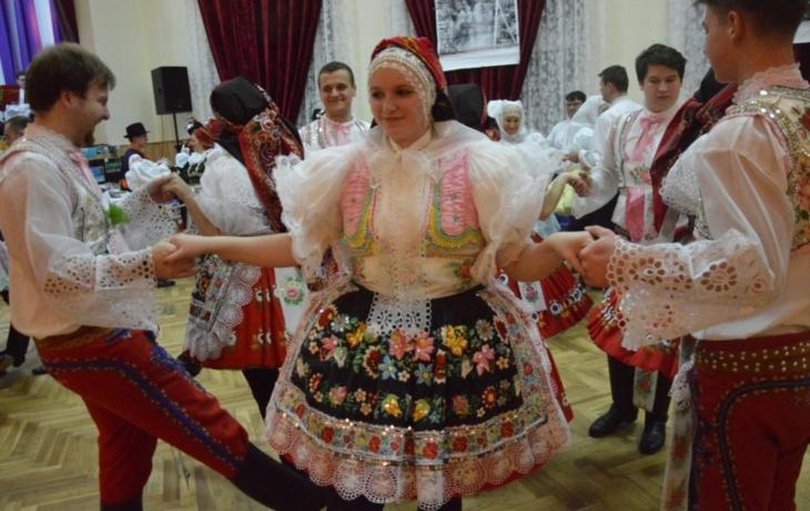 Ples nalakál krojované z okolí i z dálky