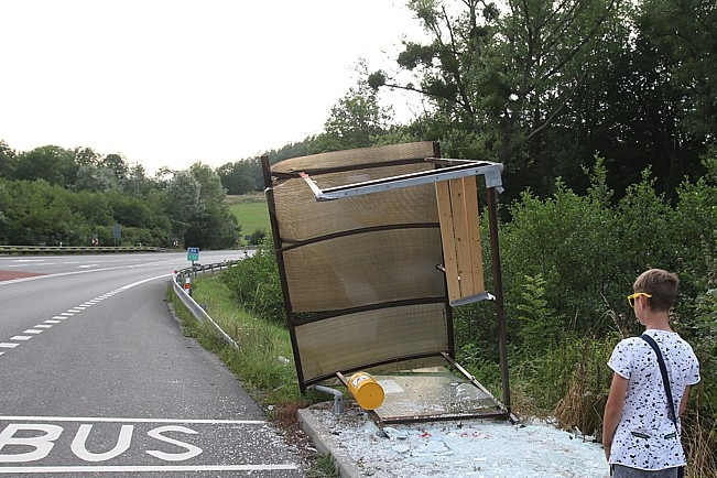 Řidič sroloval zastávku a šlápl na plyn