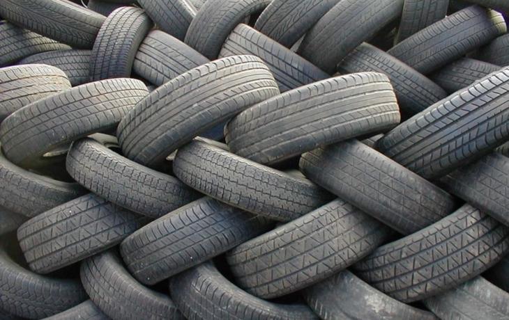 Obec řeší dvě černé skládky plné pneumatik