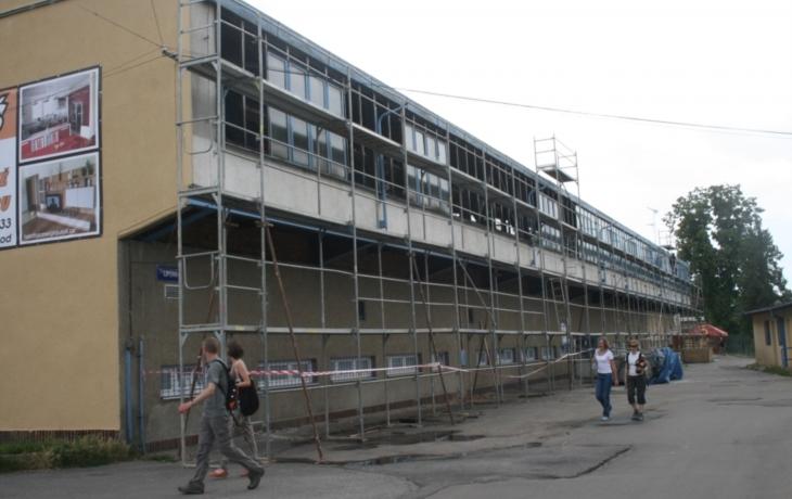Oprava zimního stadionu pokračuje, pod stropem je i nové osvětlení
