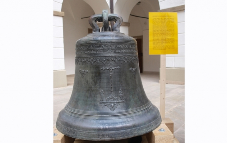 Nádvoří zdobí historický zvon