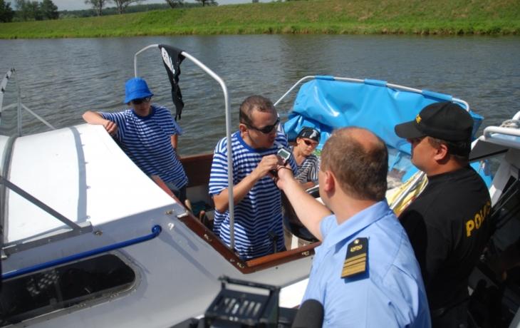 Policie kontrolovala kormidelníky na kanálu