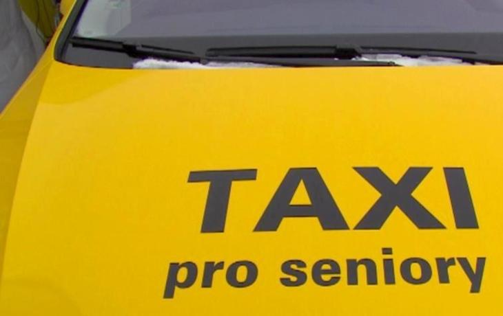 Senior Taxi se rozjíždí. O penzisty soupeří čtyři firmy