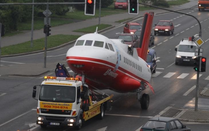 Staré Město má novou atrakci, tahač přivezl legendární letoun L610