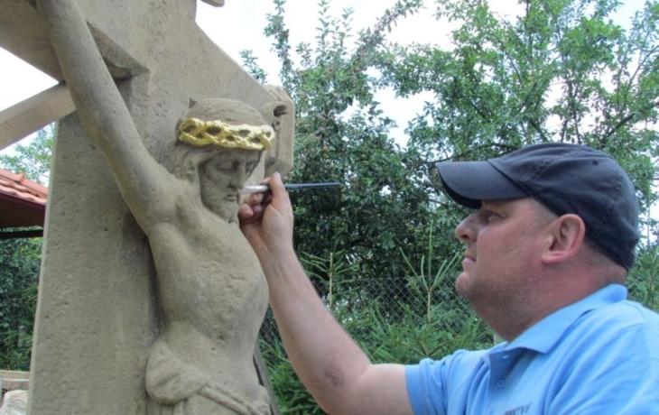 Petr Blaha vrací sochám a křížům ztracenou kondici