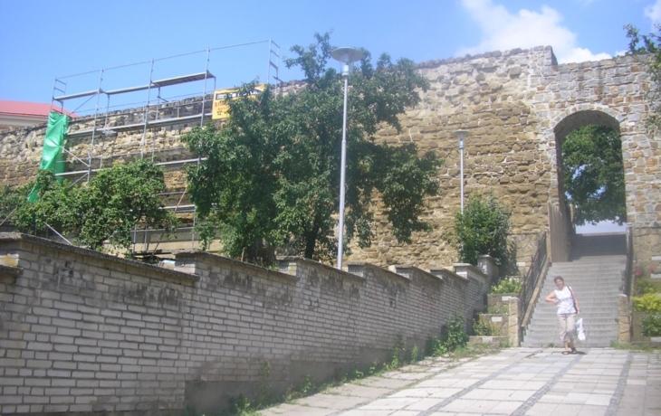 Z hradeb padalo kamení