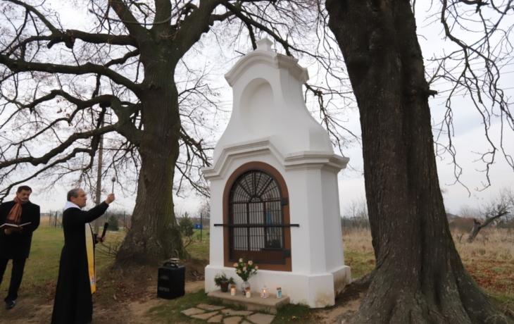 Kapličce u hřbitova požehnal farář