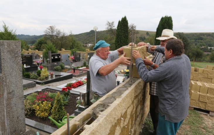 V Částkově staví novou hřbitovní zeď, stará hrozila zřícením