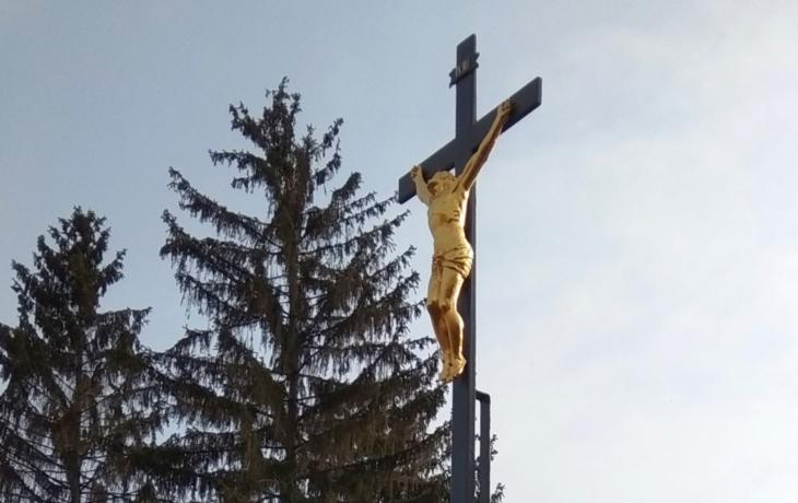 Litinový kříž u hřbitova opět září