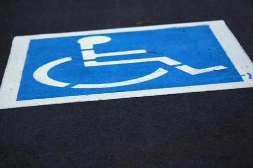 Invalida musel za parkování platit, městys zákon neporušil