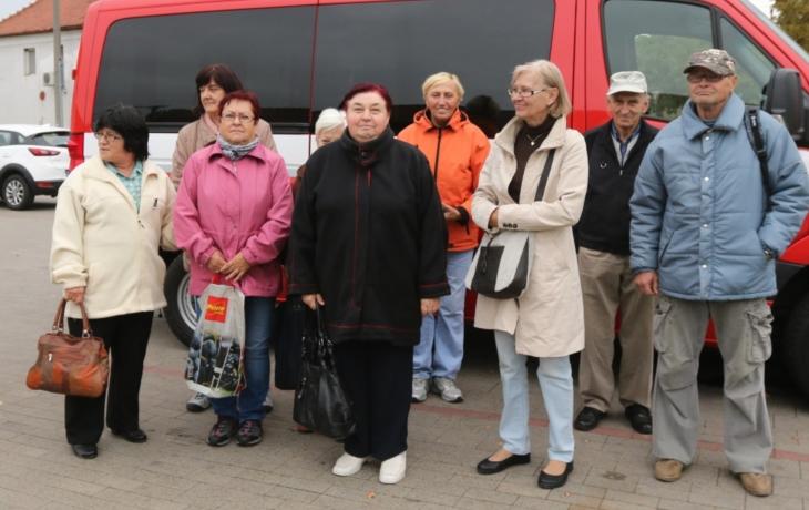 Obchod skončil, důchodce vozí za nákupy mikrobus