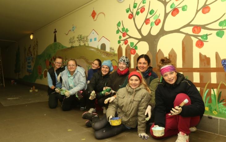 Školačky v podchodu malují žudro i vinohrad