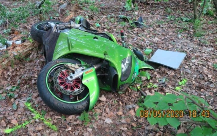Motorkář nezvládl zatáčku, kawasaki složil v lese