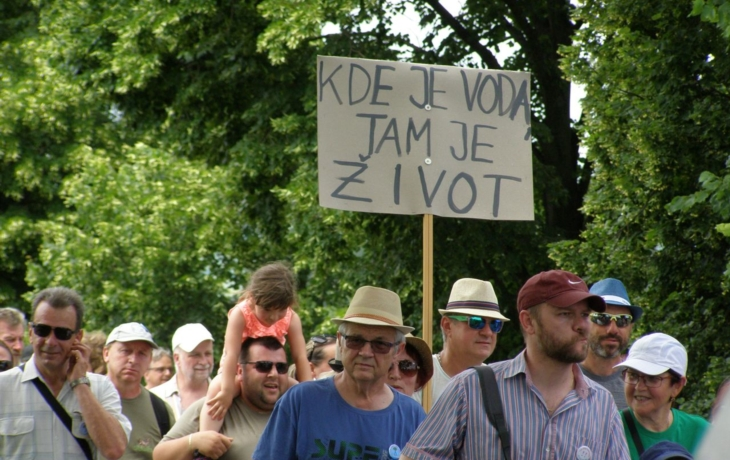 "Demonstranti pochodovali ""Za vodu pro lidi!"""
