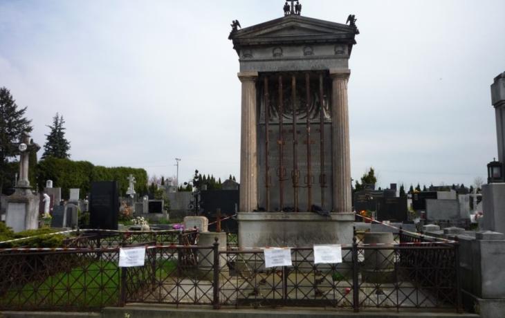 Restaurátor obsadil hrobku rodiny Pražáků, přidá na ni emblém RAF