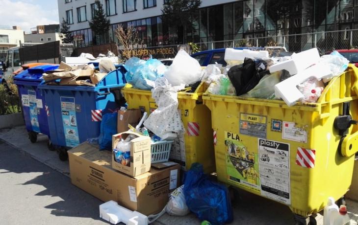 Odpadu je více než popelnic, lidé si stěžují