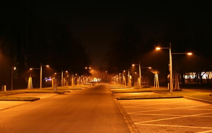 Zastávka je terčem kritiky, lampy svítí do lidem do obýváků