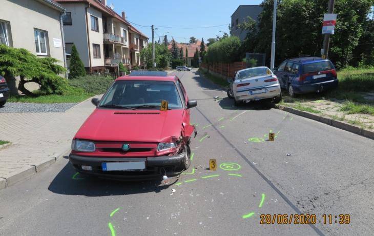 Zfetovaný řidič ujížděl policii, zavinil nehodu i zranění