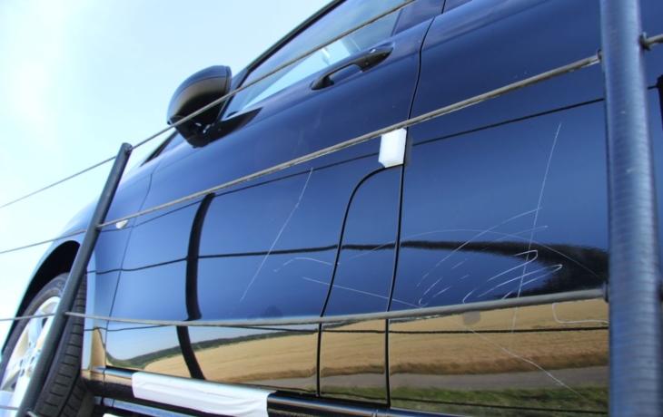 Řidič spal, vandal poničil luxusní auta