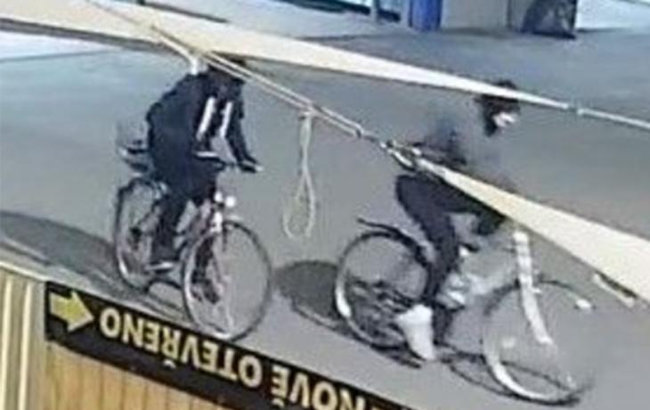 Cyklisté se zamaskovali a rozbili výlohu Stop.Shop Cafe & Grill. Poznáváte je?