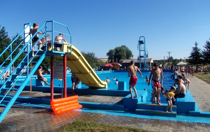 Léto vrcholí, ale Kunovice bazén neotevřou. Nepomohla ani petice