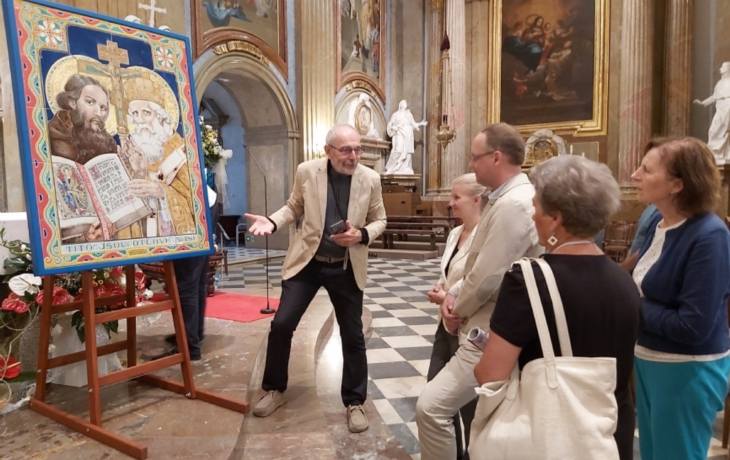 Baziliku zdobí keramická mozaika věrozvěstů