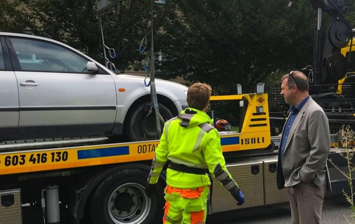 Z ulic zmizely první čtyři autovraky, majitelé zaplatí až 7 700 korun