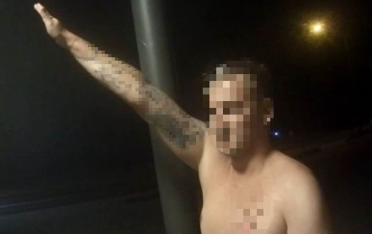 Muž se opil a zdravil policejní hlídku jako nacista, zdviženou pravicí