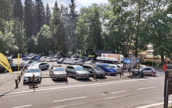 Parkoviště se promění ve volební místnost