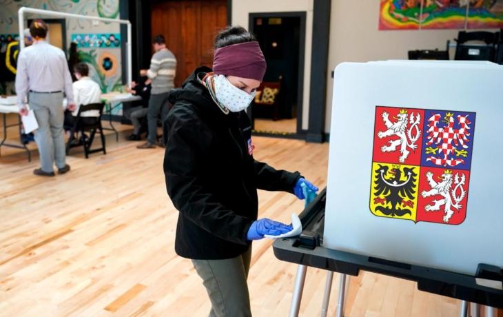Volby v rouškách a rukavicích: Čunkova krajská vláda padla. O Senát se utkají Valenta a Bazala