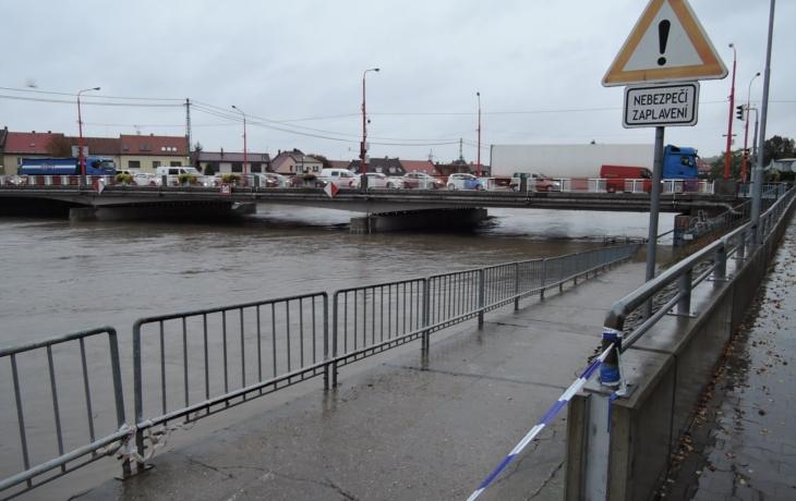 Silný déšť dál zvedá hladiny řek. Morava hrozí vylitím v Hradišti, Olšava v Brodě a Kunovicích!