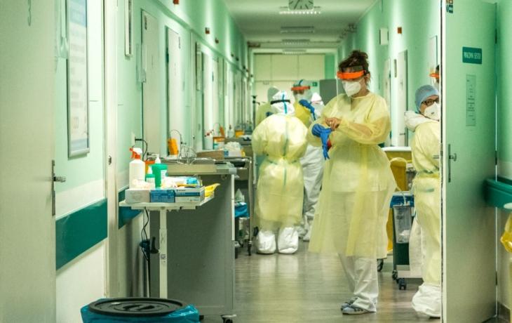 MIMOŘÁDNÁ ZPRÁVA: Baťova nemocnice přestává stíhat, pacienty s covidem možná začne vozit do dalších nemocnic